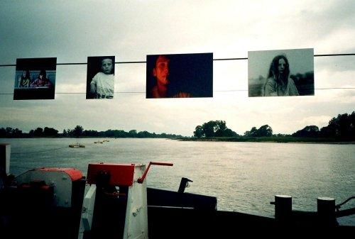 photo lomographie, Expo photos sur le bac traverssant l'Elbe, appareil jetable