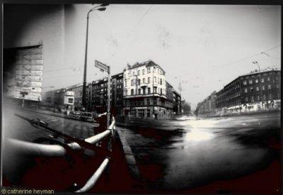 Pinhole, St�nop�s de Berlin; Embouteillage et guidon de vtt dans grisbrunnenstrasse