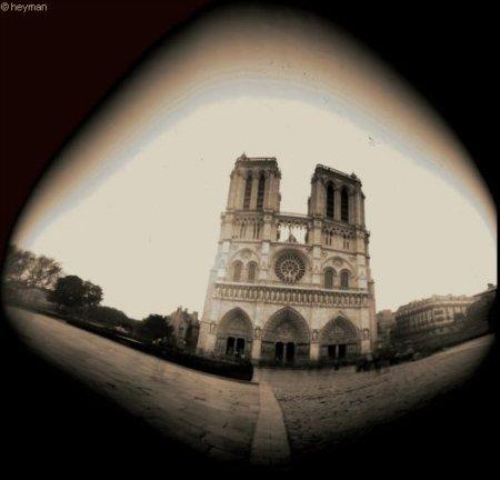 Pinhole, L'�glise Notre Dame c'est � Paris mais pas dans le 13eme L'�glise Notre Dame c'est � Paris mais dans l'ile de la Cit�
